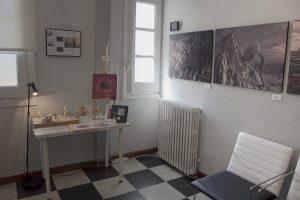 Vista de la exposición de Obra Gráfica de Pedro Flores en Ariza Abogados