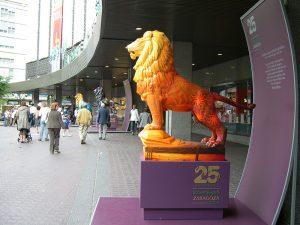Vista instalación de El león como símbolo pintado en la Glorieta Sasera de Zaragoza