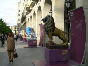 Vista instalación de El león como símbolo pintado en el Paseo Independencia de Zaragoza